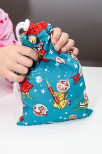 Kind hält Geschenkbeutel