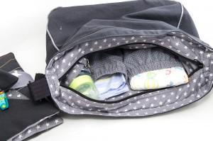 Kinderwagentasche mit verschiedenen Babyutensilien