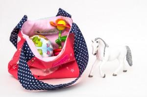 Kindertasche von Kubischneck mit Spielzeug gefüllt